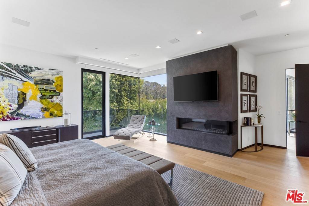 16. Residential for Sale at Homewood Way Los Angeles, California 90049 United States