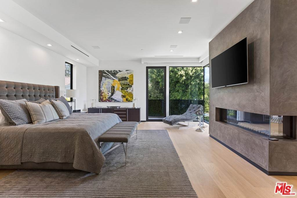 17. Residential for Sale at Homewood Way Los Angeles, California 90049 United States