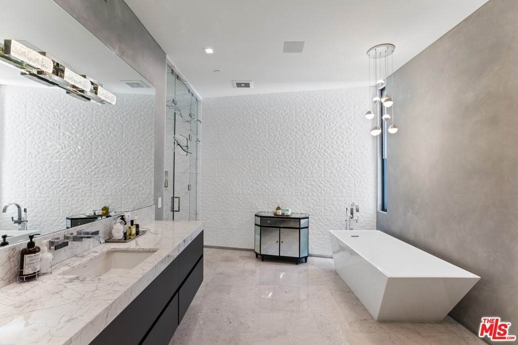 19. Residential for Sale at Homewood Way Los Angeles, California 90049 United States