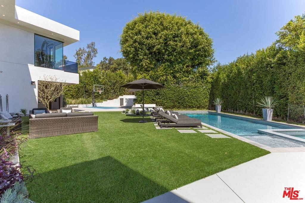 28. Residential for Sale at Homewood Way Los Angeles, California 90049 United States