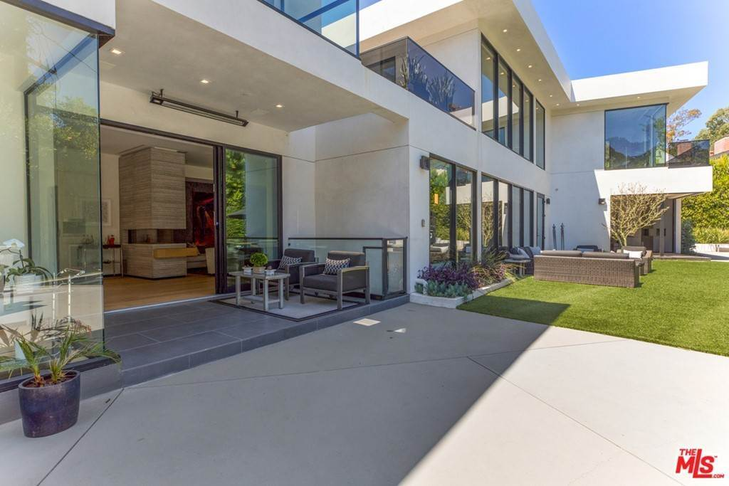 32. Residential for Sale at Homewood Way Los Angeles, California 90049 United States