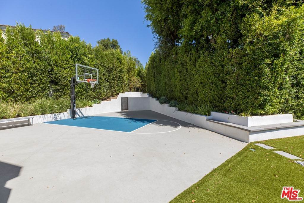 34. Residential for Sale at Homewood Way Los Angeles, California 90049 United States