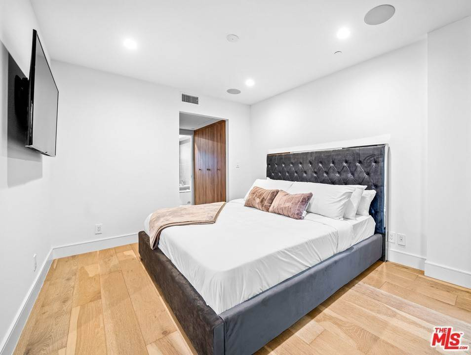 25. Residential Lease at 1/4 N Martel Avenue Los Angeles, California 90046 United States