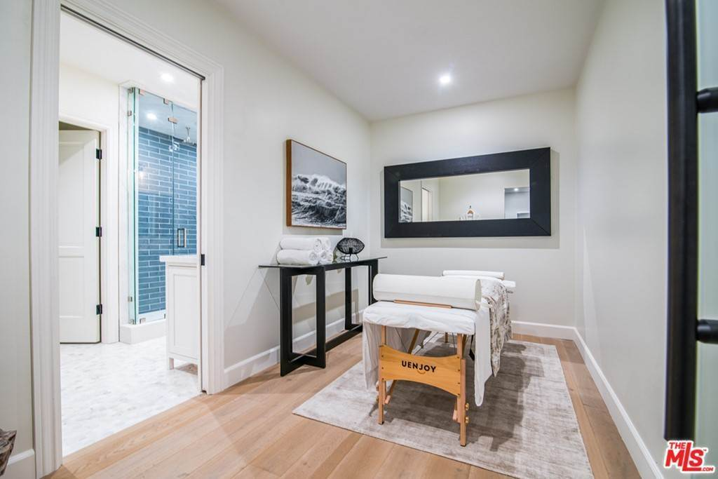 26. Residential for Sale at 25th Street Santa Monica, California 90402 United States