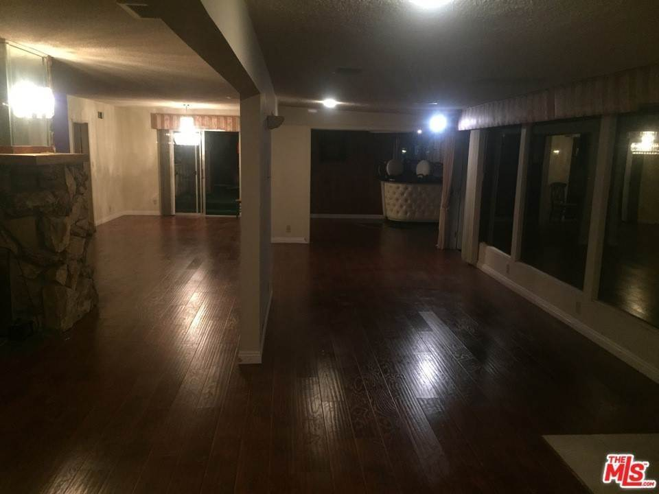 10. Residential for Sale at Weatherford Drive Los Angeles, California 90008 United States