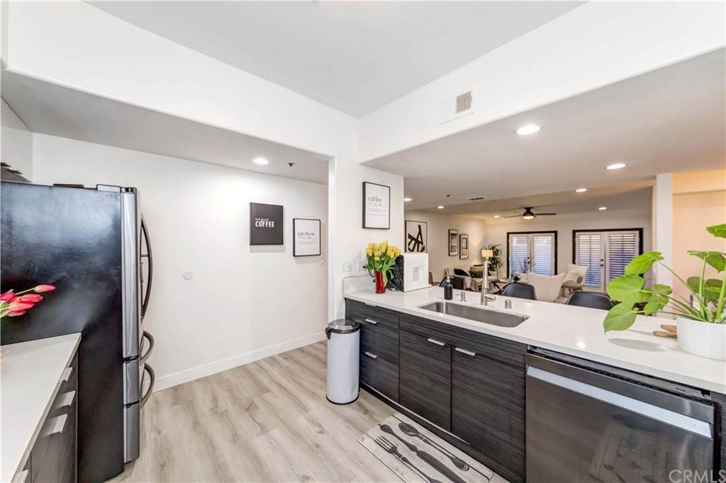 19. Residential for Sale at Goshen Avenue Los Angeles, California 90049 United States