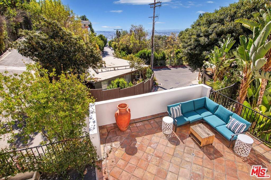 6. Residential for Sale at Viewmont Drive Los Angeles, California 90069 United States
