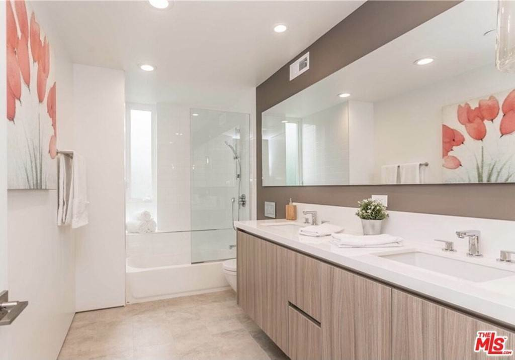 14. Residential for Sale at Coolidge Avenue Los Angeles, California 90066 United States