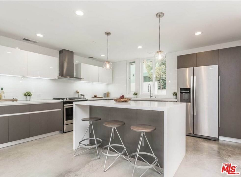 9. Residential for Sale at Coolidge Avenue Los Angeles, California 90066 United States