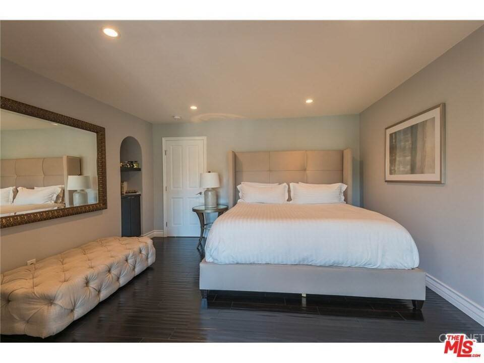 13. Residential for Sale at CHARLESTON Way Los Angeles, California 90068 United States
