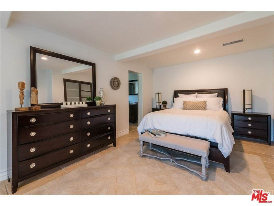 20. Residential for Sale at CHARLESTON Way Los Angeles, California 90068 United States