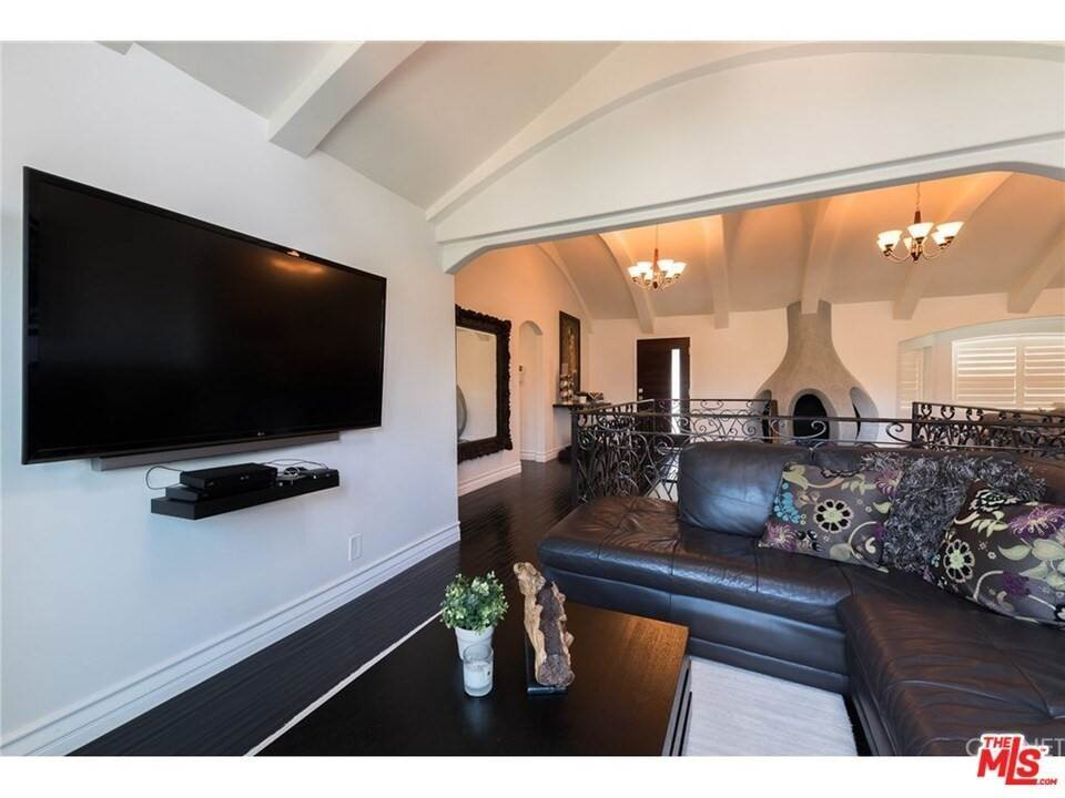 6. Residential for Sale at CHARLESTON Way Los Angeles, California 90068 United States