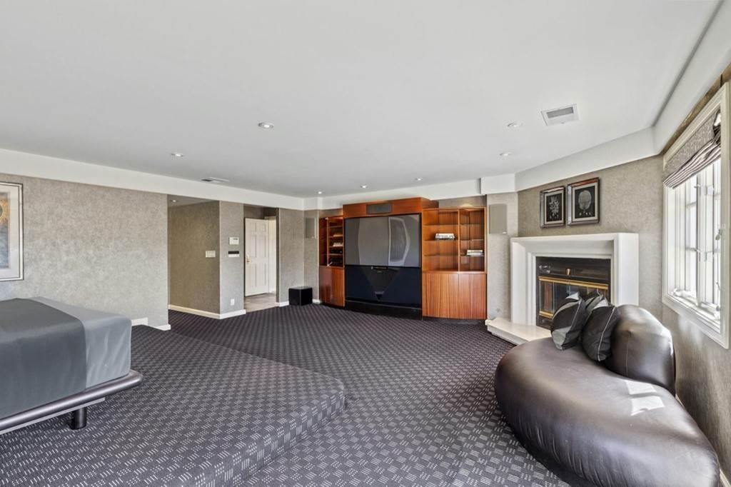 26. Residential for Sale at Boroughwood Place Hillsborough, California 94010 United States