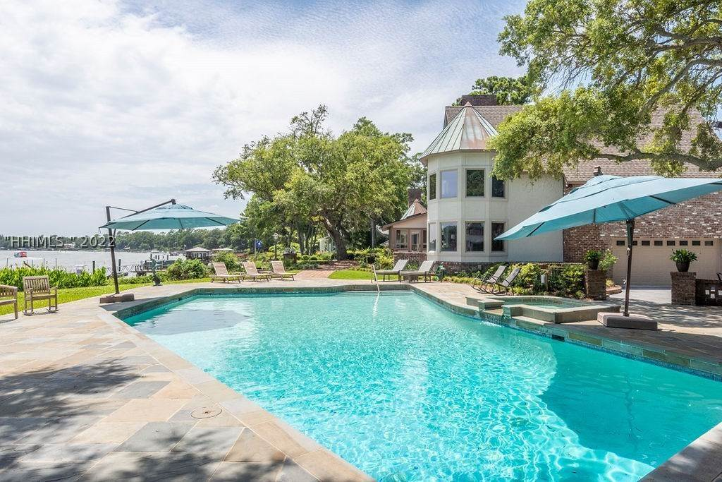 32. Single Family Homes for Sale at 2 Widewater Road Hilton Head Island, South Carolina 29926 United States