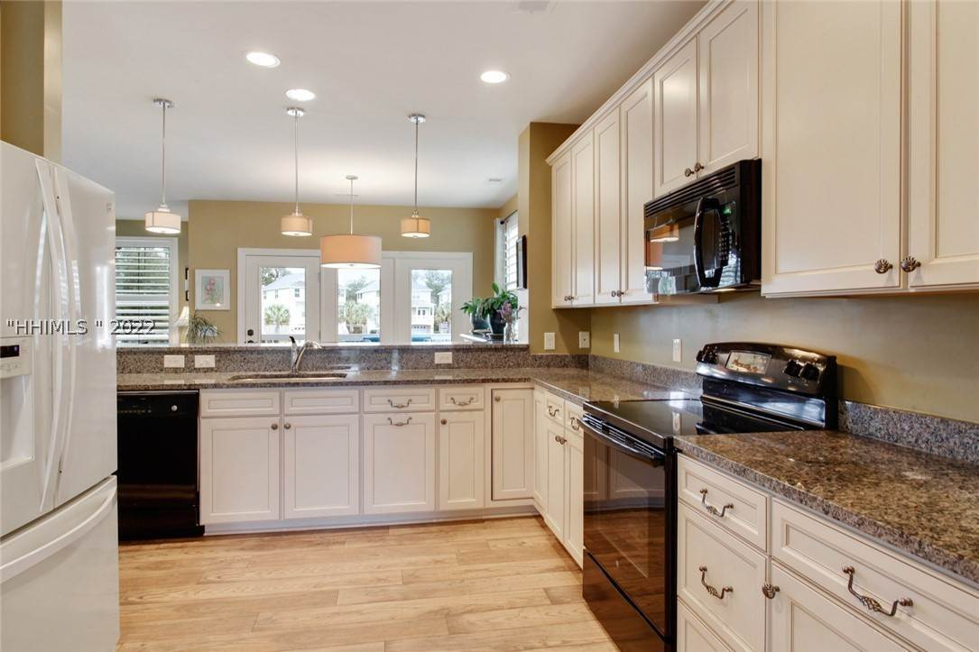 11. Single Family Homes for Sale at 17 Jarvis Creek Lane Hilton Head Island, South Carolina 29926 United States