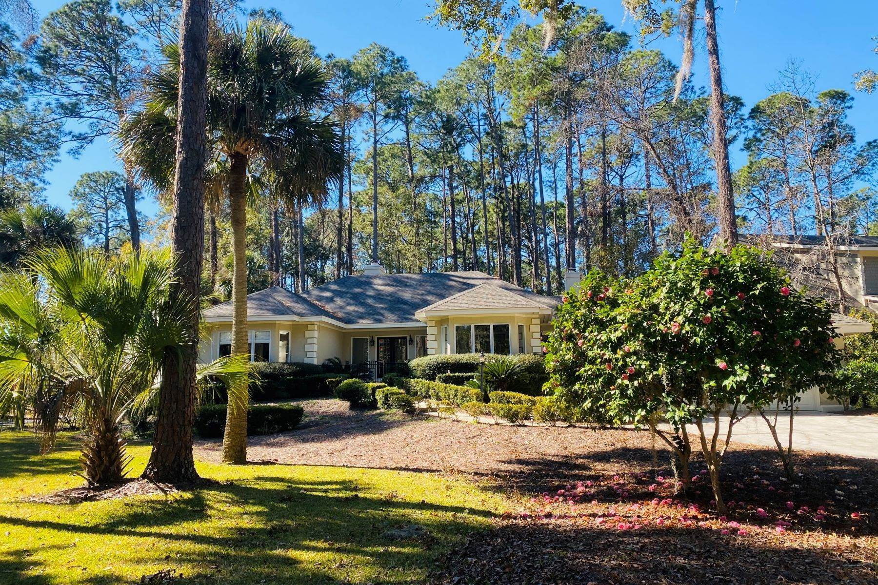 5. Single Family Homes for Sale at 1 Hobnoy Court Hilton Head Island, South Carolina 29928 United States