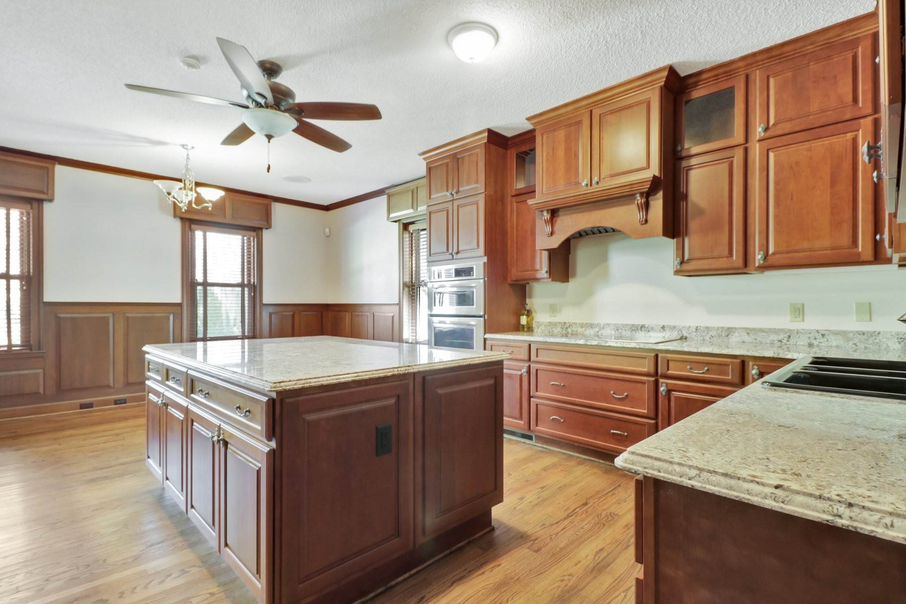 4. Single Family Homes for Sale at Lovely Traditional Brick Home In Habersham Woods 116 McLaws Street Savannah, Georgia 31405 United States