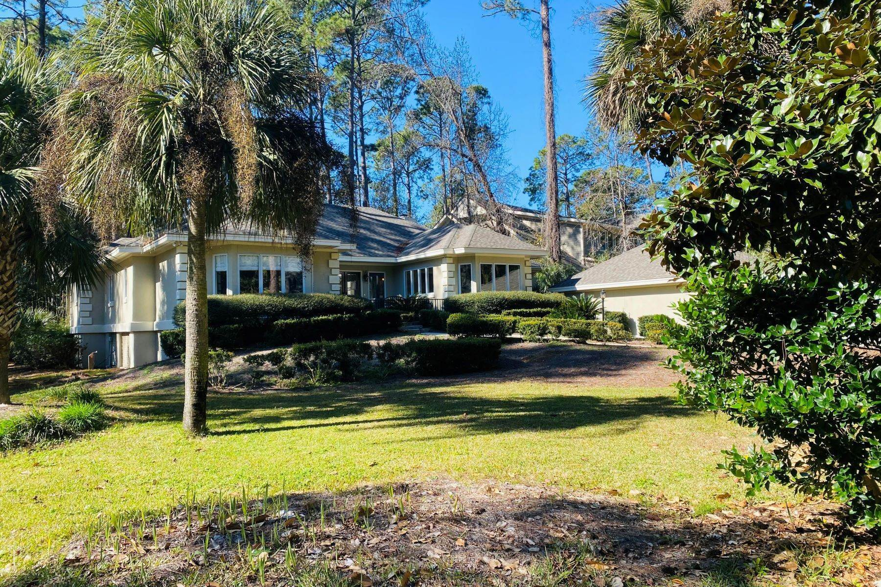 7. Single Family Homes for Sale at 1 Hobnoy Court Hilton Head Island, South Carolina 29928 United States