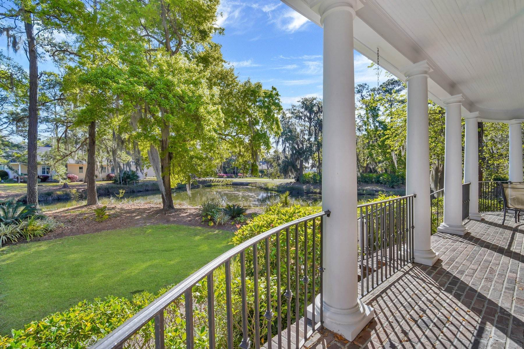 28. Single Family Homes for Sale at Ideally Located Landings Home Between Eastern Marsh And Palmetto Clubhouse 3 Lakewood Court Skidaway Island, Georgia 31411 United States
