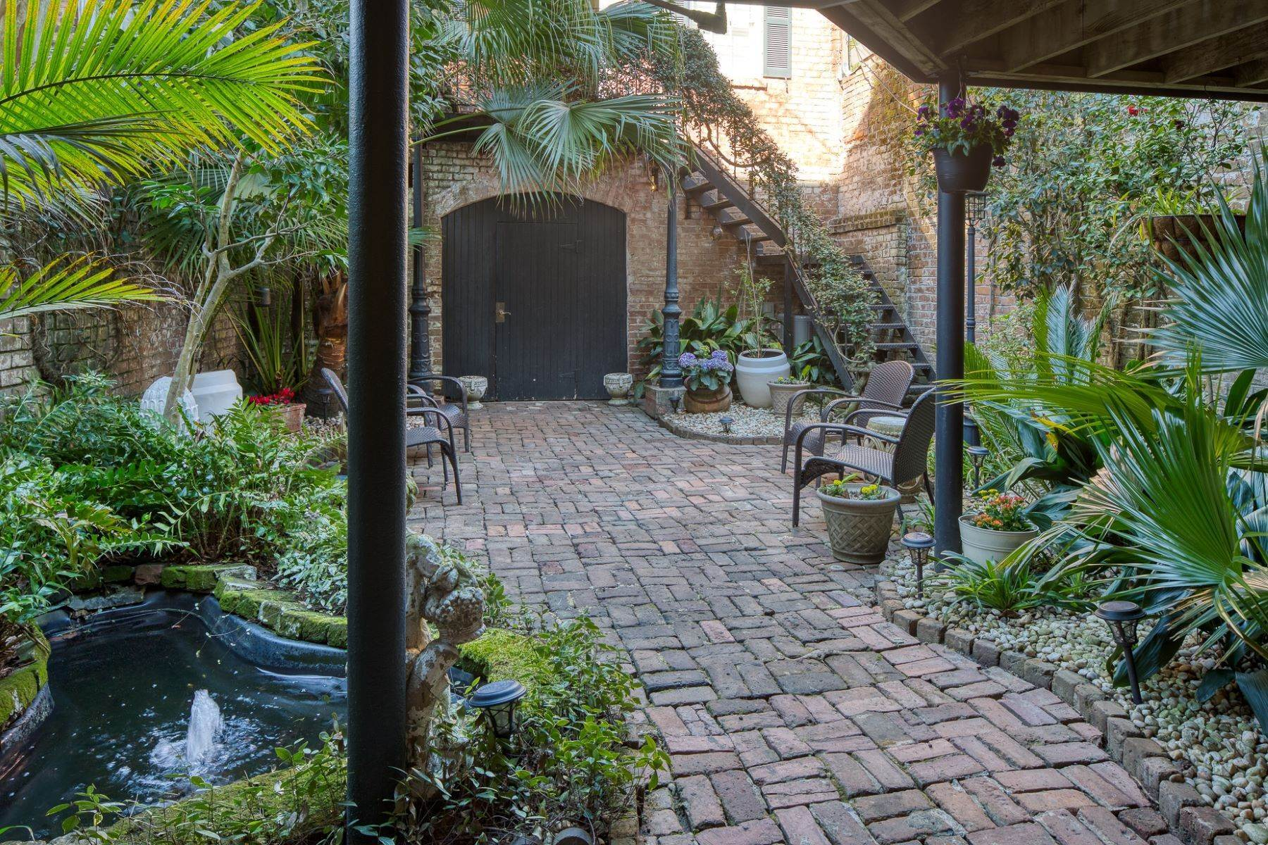 33. Single Family Homes for Sale at Architectural Gem Located In The Heart Of Savannah's Landmark Historic District 206 E Gaston Street Savannah, Georgia 31401 United States