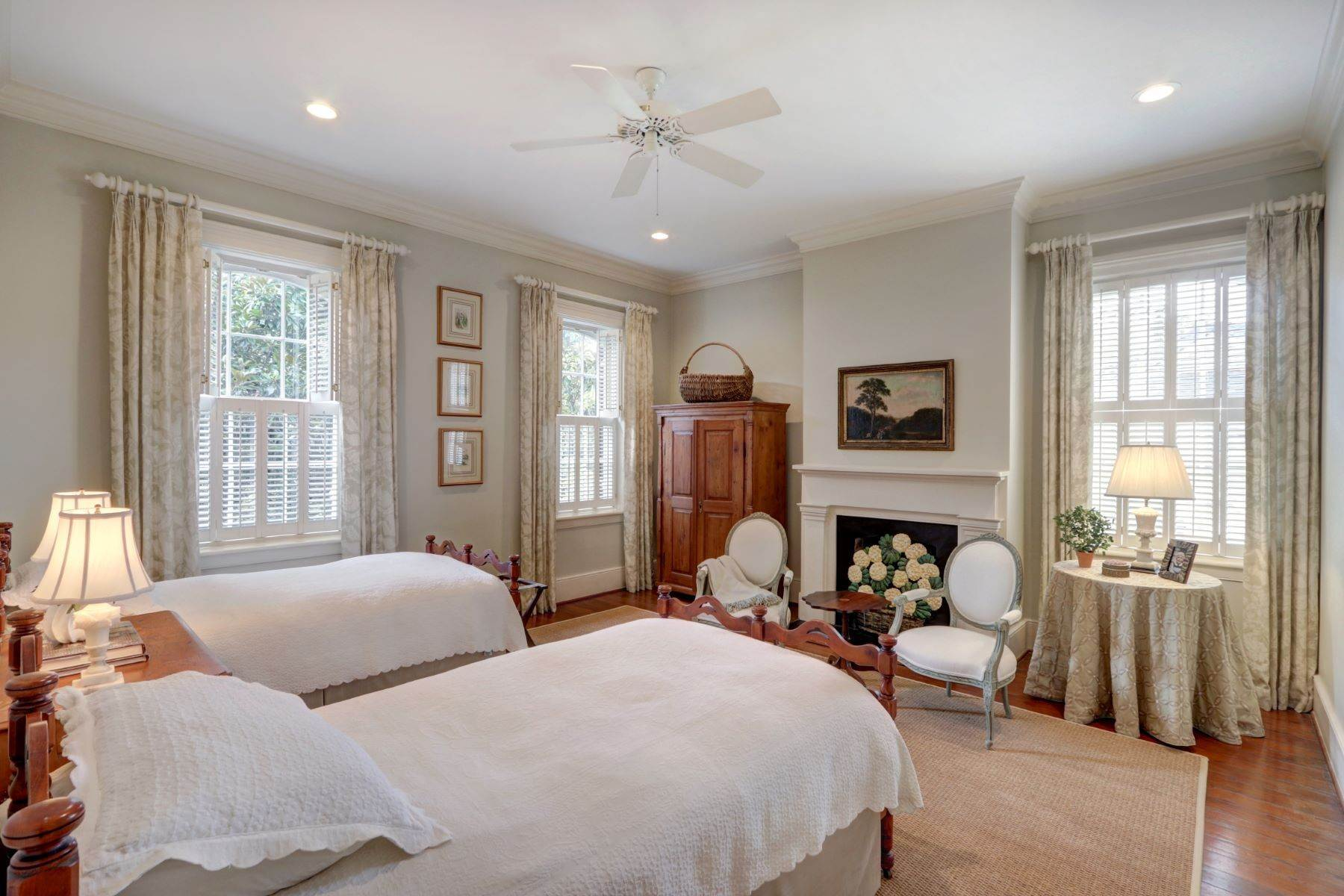 31. Single Family Homes for Sale at 110 West Harris Street Savannah, Georgia 31401 United States