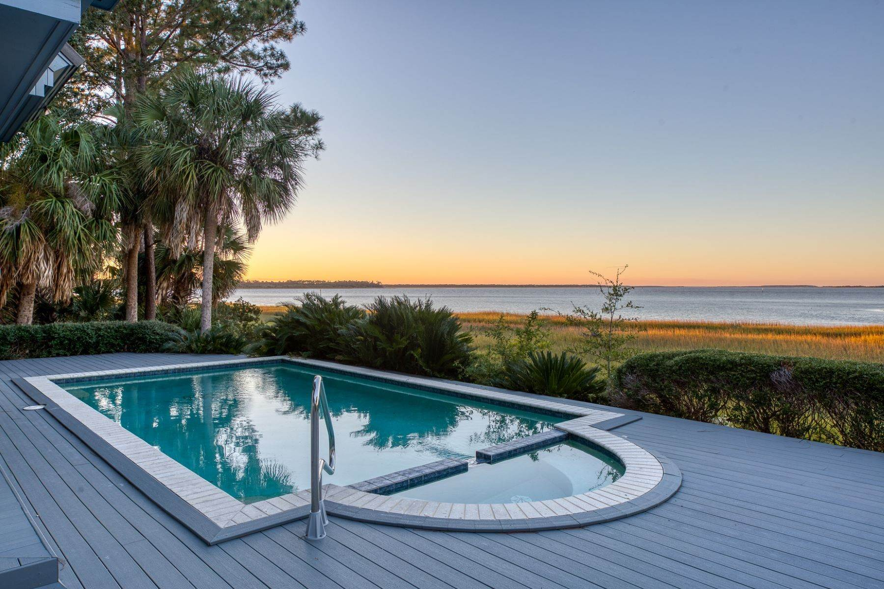 23. Single Family Homes for Sale at Views of Port Royal Sound and Intercoastal Waterway 47 Ribaut Drive Hilton Head Island, South Carolina 29926 United States